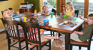 Six-kids-at-dinner